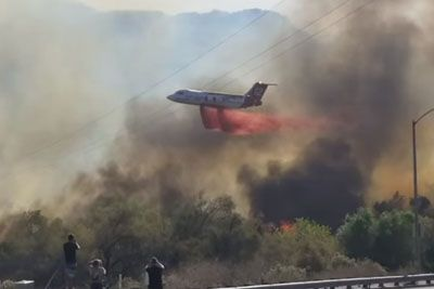 Plane Manages To Pull Off A Crazy Maneuver In Order To Drop Fire Retardant