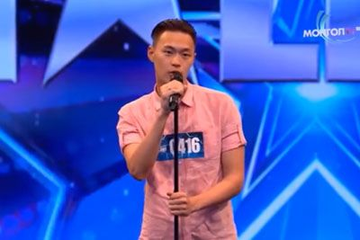 Asian Man Starts Singing Country Song, Blows Everyone Away With His Talent