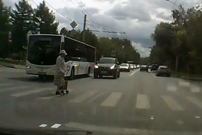 Man Stops Next To An Old Lady, His Act Will Restore Your Faith In Humanity