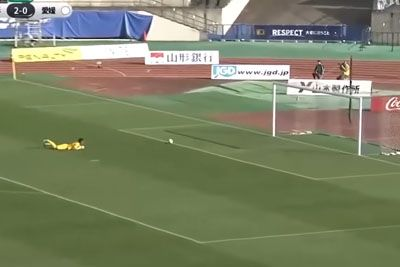 Goalkeeper Gets Two Goals From Halfway In 90 Seconds