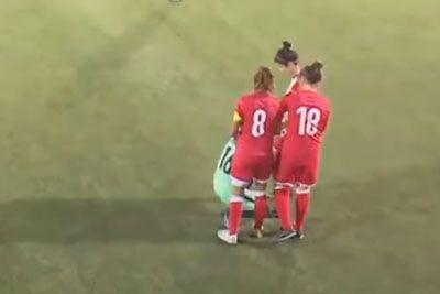 Opponents Huddle Around Soccer Player So She Can Fix Her Hijab